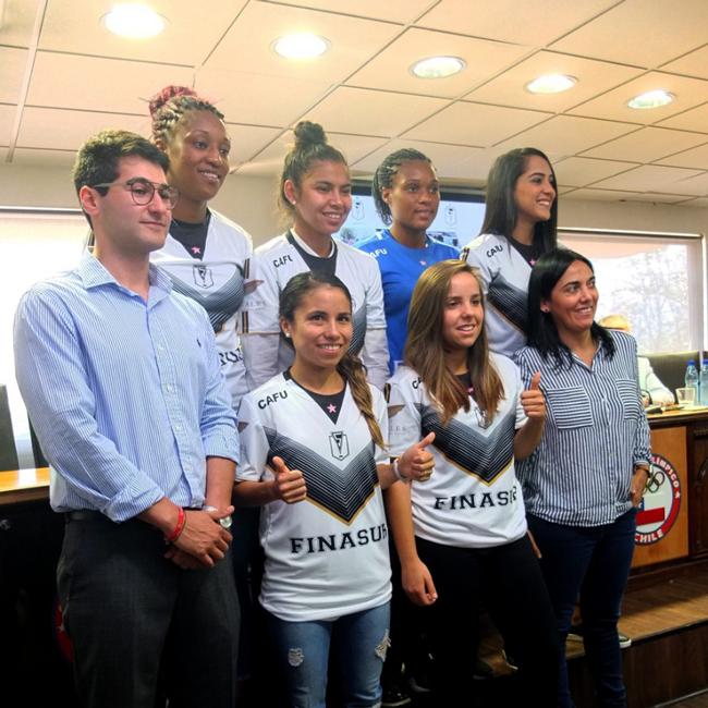 Día histórico para el fútbol femenino: Primera generación de jugadoras nacionales firman contrato de fútbol profesional en Chile